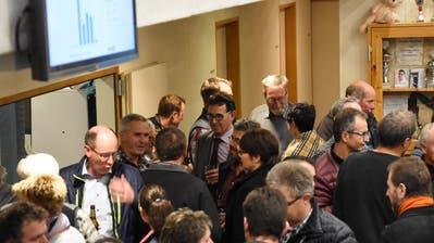 Gemeindepräsident Toni Hässig (Bildmitte) nutzt den Apéro und sucht das direkte Gespräch mit den Bürgern. (Bild: Urs M. Hemm)