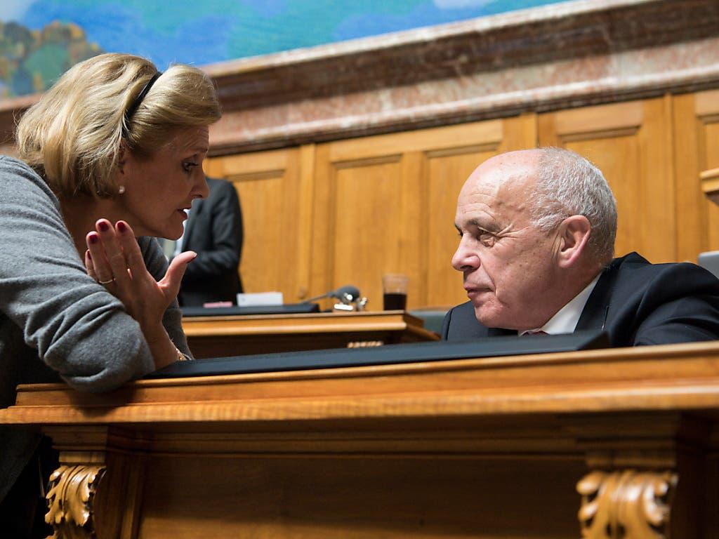Diskussion über den Voranschlag 2019: Nationalrätin Doris Fiala (FDP/ZH) und Finanzminister Ueli Maurer im Gespräch. (Bild: KEYSTONE/PETER SCHNEIDER)