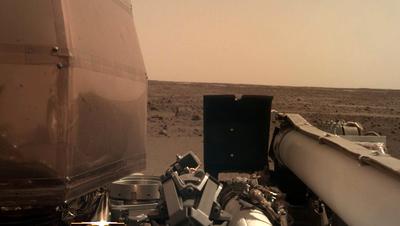 Das Bild vom Mars, welches «InSight»zur Erde geschickt hat, ist auf einem Computerbildschirm im Nasa-Zentrum zu sehen. (Bild: NASA via AP (Pasadena, 26. November 2018))