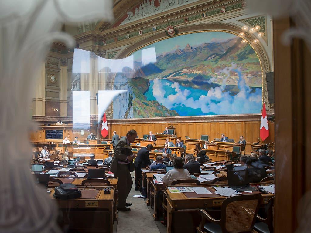 Der Nationalrat hat am Dienstagmorgen mit der Budgetdebatte begonnen. Die vorberatende Kommission will aus dem Voranschlag des Bundesrates rund 70 Millionen Franken herausstreichen. (Bild: KEYSTONE/LUKAS LEHMANN)