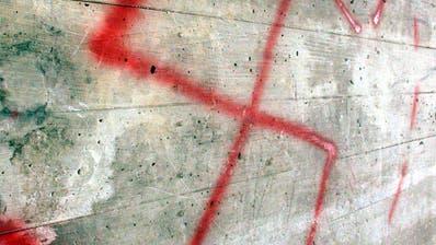 Neonazistisches Gedankengut taucht immer wieder auf. Hier Hakenkreuz-Sprayerei in St. Gallen. (Symbolbild: pd).