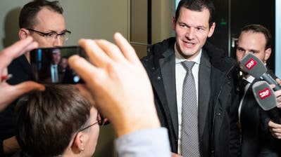 Der Genfer FDP-Regierungsrat Pierre Maudet verlässt die Sitzung mit dem Parteivorstand der FDP Schweiz im Bundeshaus in Bern. (Bild: KEYSTONE/Peter Schneider)