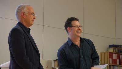 Schulpräsident Daniel Heidegger (rechts) verdankt Bruno Sutter für 35 Jahre Tätigkeit in der Volksschulgemeinde Tägerwilen. (Bild: Isabelle Merk)