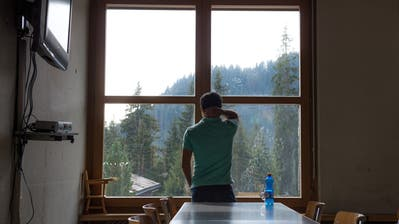 Was bringt die Zukunft? Ein Asylsuchender schaut in einem Asylzentrum aus dem Fenster. (Bild:Dominik Wunderli (Glaubenberg, 1. Oktober 2016))