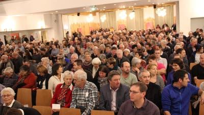 Der grosse Saal des Thurparks war beim Bevölkerungsgespräch zur Zukunft des Spitals Wattwil bis auf den letzten Platz besetzt. (Bild: Martin Knoepfel)