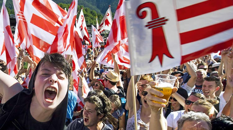 Der Jubel über das Ja zum Kantonswechsel war bei den Pro-Jurassiern gross. (Bild: Jean-Christophe Bott/Keystone (Moutier, 18. Juni 2017))