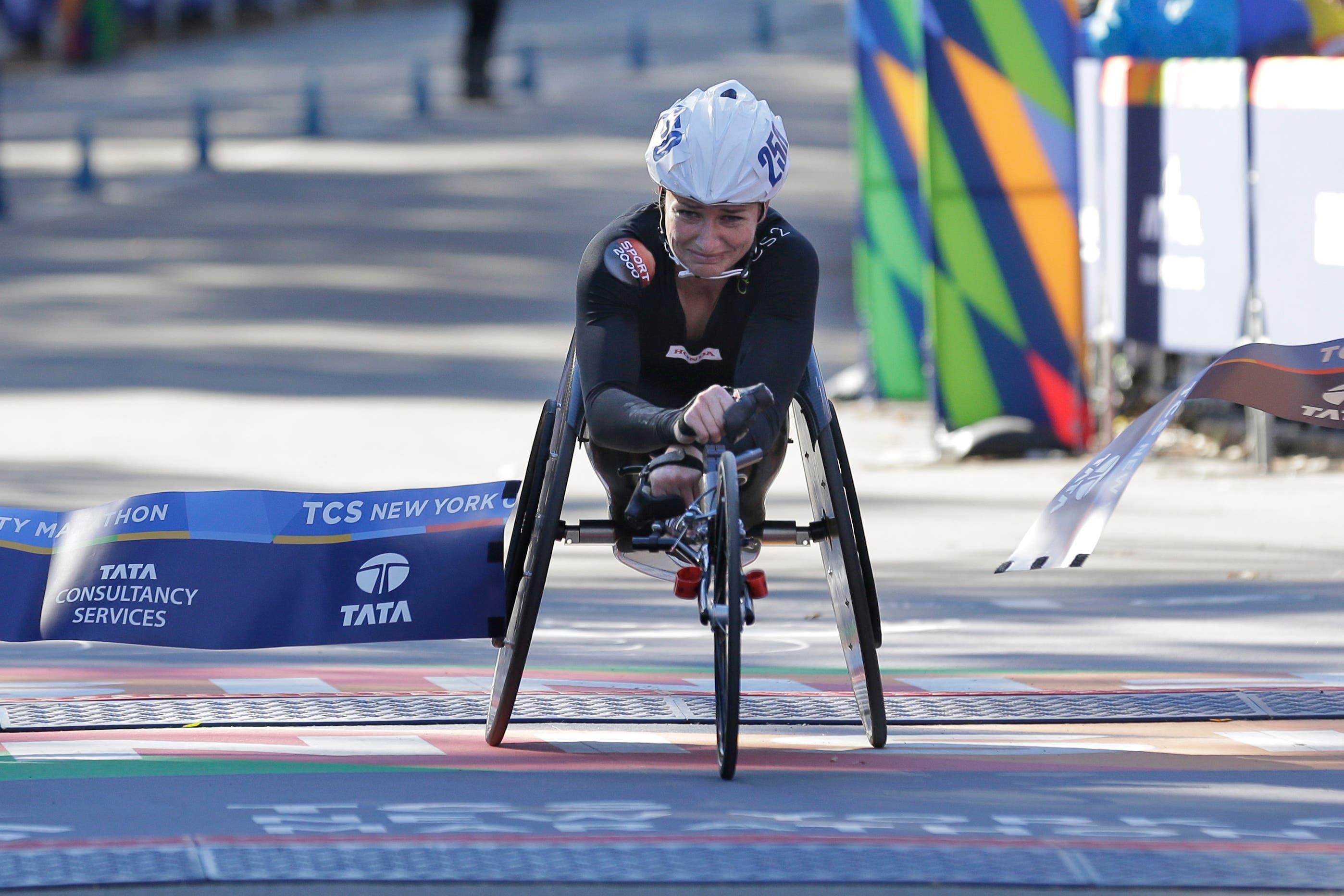 Geschafft! Manuela Schär fährt als erste Rollstuhl-Sportlerin am diesjährigen New York Marathon über die Ziellinie. (Bild: AP Photo/Seth Wenig, 4. November 2018))