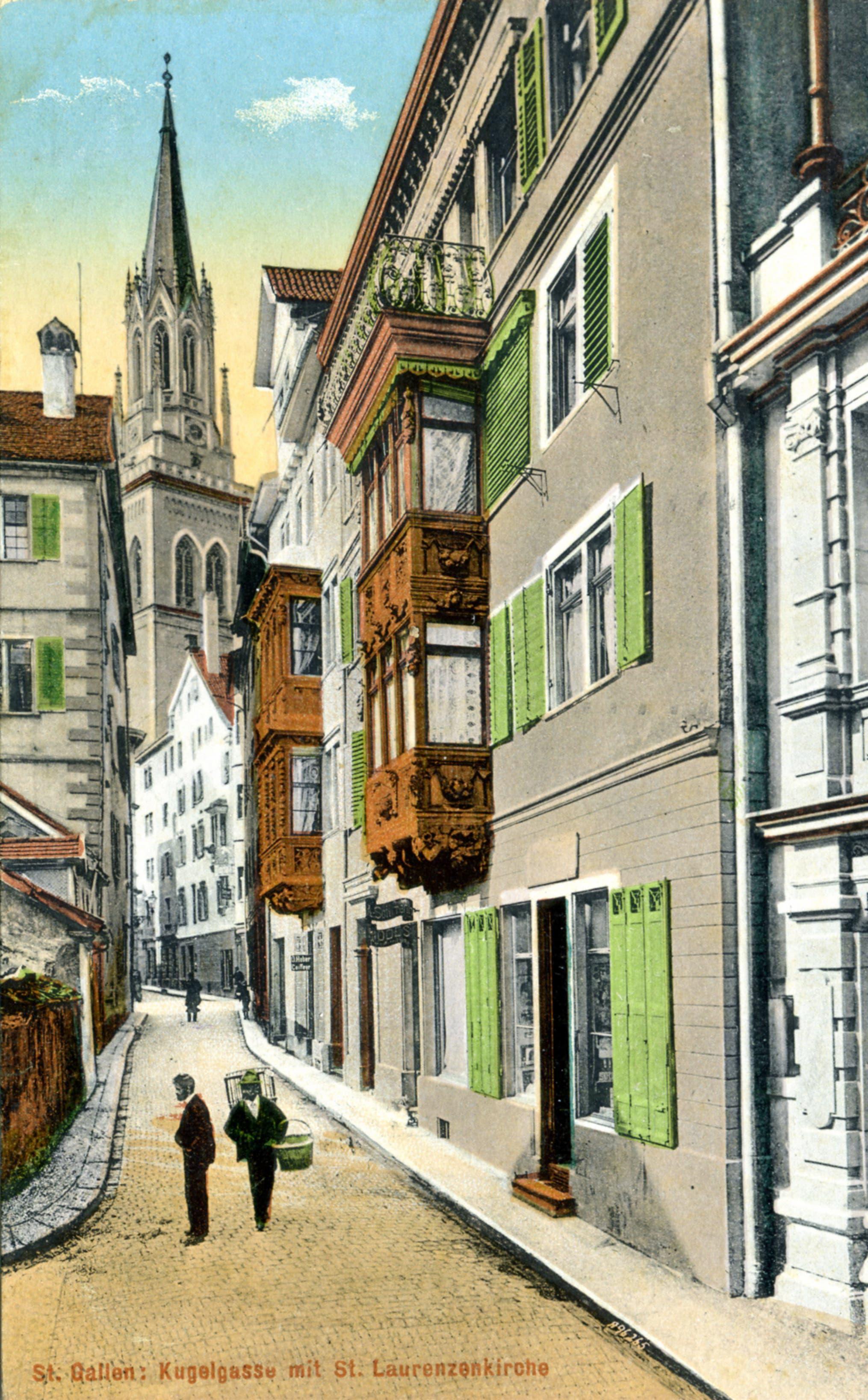 Die Kugelgasse wurde schon 1915 optisch vom Turm der Laurenzenkirche dominiert. Die Gasse war damals erheblich schmaler als heute. Die kleinteilige Bebauung links fehlt heute. Und das Haus «Zur Flasche» (links hinten mit den grünen Fensterläden) hatte noch keine Arkaden.
