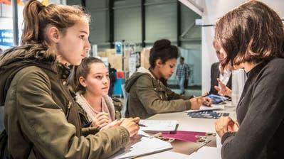 Informationen aus erster Hand: Selina Hellmüller (links) und  Lorena Weber (2.v.l.) aus Emmenbrücke an einem Infostand an der Zentralschweizer Bildungsmesse. (Bild: NadiaSchärli (Luzern, 9. November 2017))