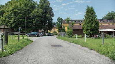 Blick ins Areal an der Ecke Zürcher- und Rechenstrasse. Die für den Neubau eines Betriebszentrums der Direktion der Technischen Betriebe nötigen Parzellen befinden sich bereits in der Hand der Stadt. (Bild: Jil Lohse - 2. August 2017))