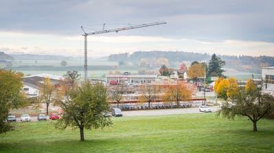 Noch thront der Kran über der Baustelle Burgweg. (Bilder: Andrea Stalder)