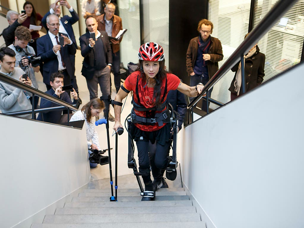 Bei einem Medienanlass demonstriert Silke Pan, wie sie mit dem Exoskelett auch Treppen überwindet. (Bild: KEYSTONE/SALVATORE DI NOLFI)