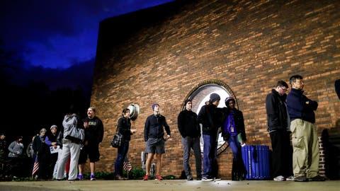 Wähler vor dem Wahllokal beimTuttle Park Recreation Center in Columbus, Ohio. (Bild: JOhn Minchillo/AP (Columbus, 6. November 2018))