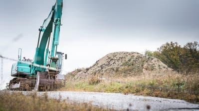 Teile des Deponiebergs befinden sich ausserhalb des zulässigen Perimeters, diese müssen abgetragen werden. (Bild: Andrea Stalder)
