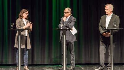An einem Podium im Dreispitz konnten sich die beiden Kandidaten für das Amt des Kreuzlinger Schulpräsidenten unter der Leitung von Moderator Edgar Sidamgrotzki vorstellen. (Bild: Reto Martin)