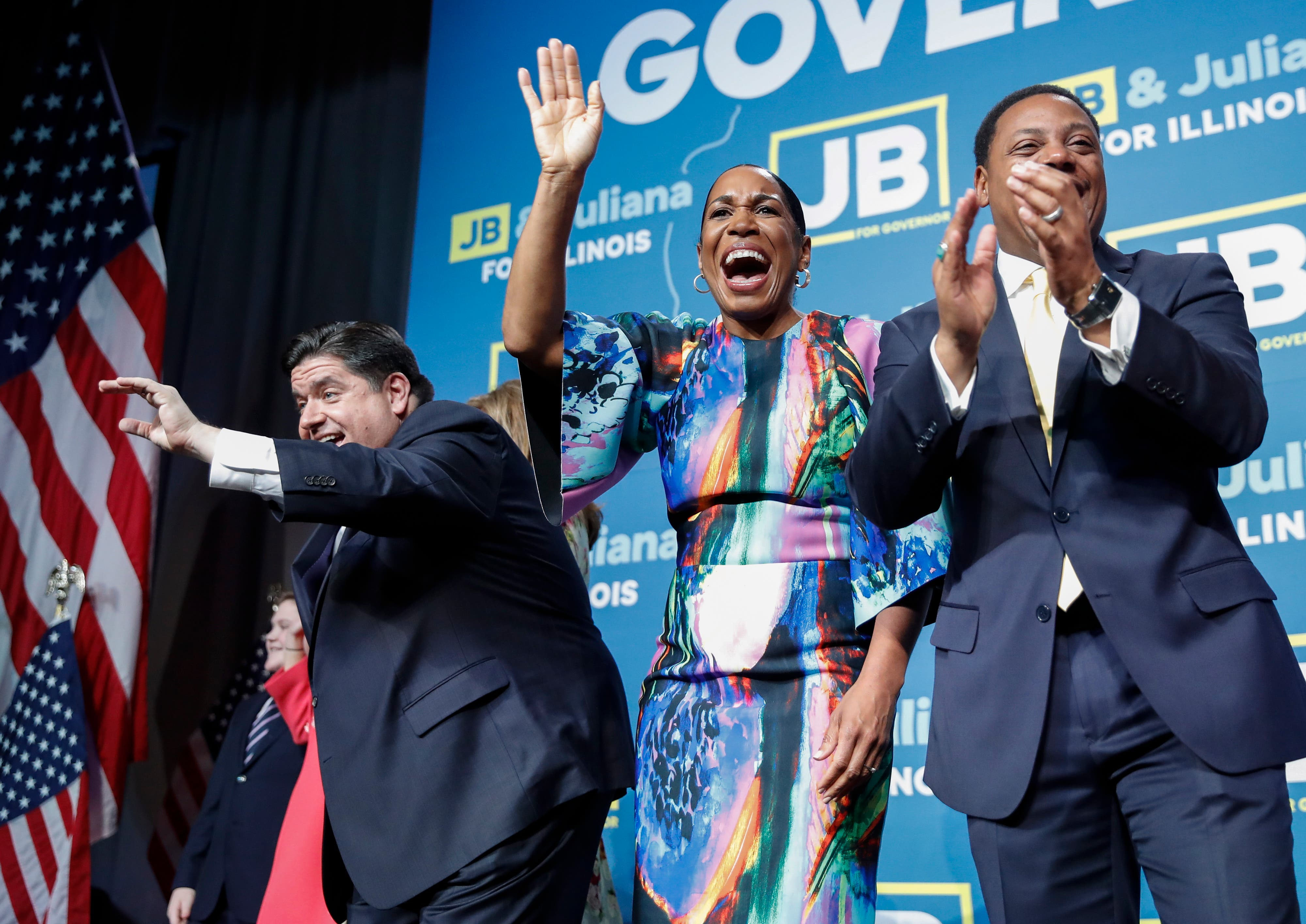 Gouverneur JB Pritzker (links) feiert mit Gouverneurin Juliana Stratton und Bruce Rauner. (Bild: EPA/Kamil Krzaczynski, Chicago, 6. November 2018)