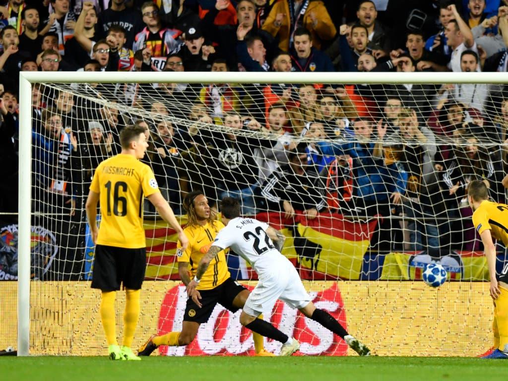Vorentscheidung kurz vor der Pause: Santi Mina (im weissen Trikot) trifft nach 42 Minuten zur 2:1-Führung für Valencia (Bild: KEYSTONE/ANTHONY ANEX)