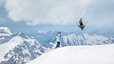 Fabian Boesch, der Freestyle-Star aus Engelberg, am Skifahren mit Freunden. (Bild: Ruedi Flück / Swiss-Image