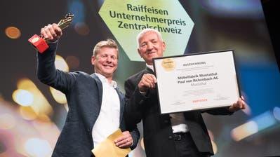 Thomas von Rickenbach und sein Vater Paul von Rickenbach nehmen den Raiffeisen Unternehmerpreisentgegen.(Bild: Eveline Beerkircher, Emmen, 7. November 2018)