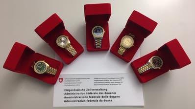 Diese fünf gefälschten Marken-Uhren hat die Zollverwaltung sichergestellt. (Bild: EZV)