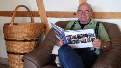 Albert Bärtsch liest in seinem 350 Seiten umfassenden Buch «Schweizer Fasnacht». (Bild: Evi Biedermann)