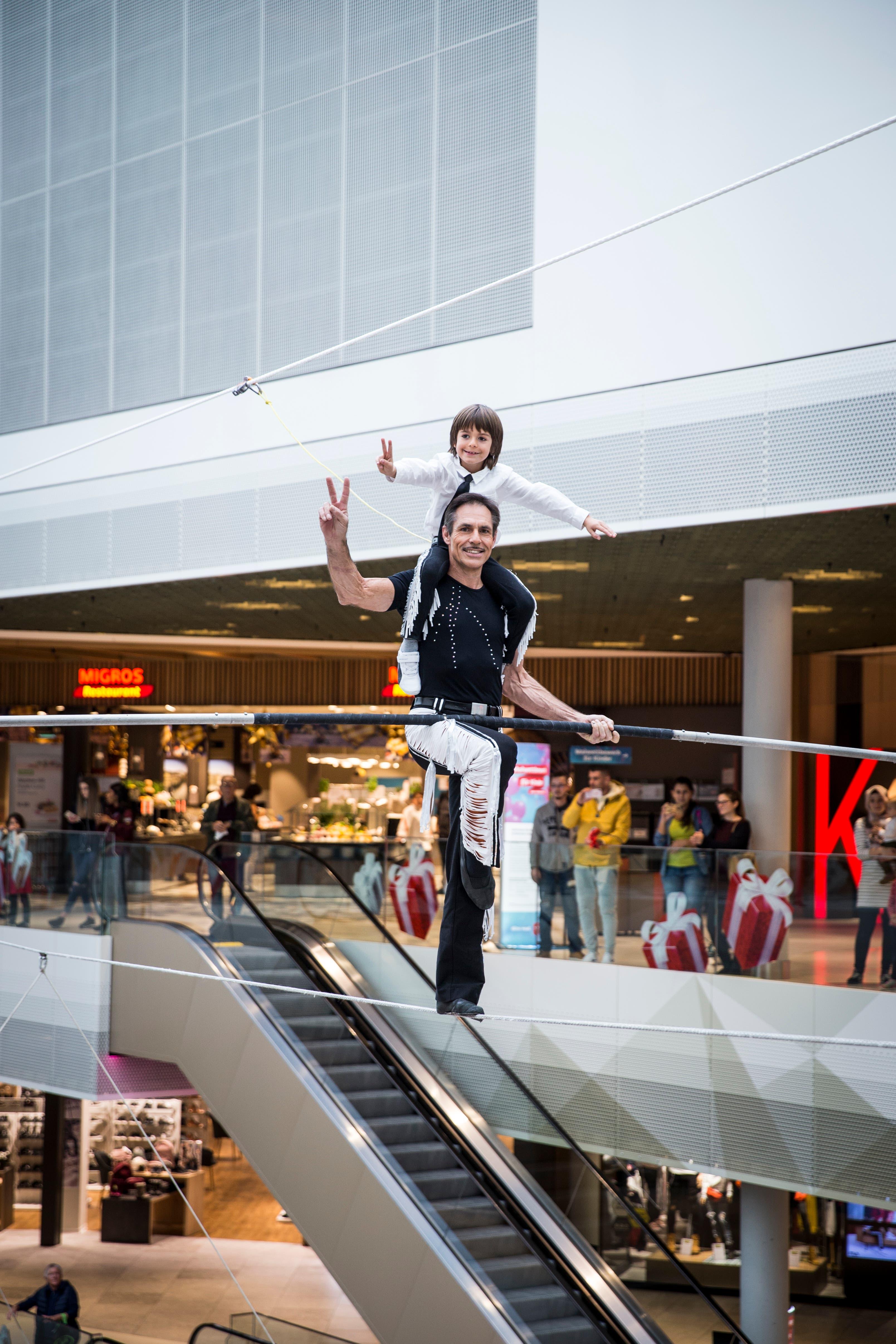 Freddy Nock (53) zusammen mit seinem Sohn Leo (7) auf dem Hochseil in der Mall of Switzerland. (Ebikon, 8 November 2018)