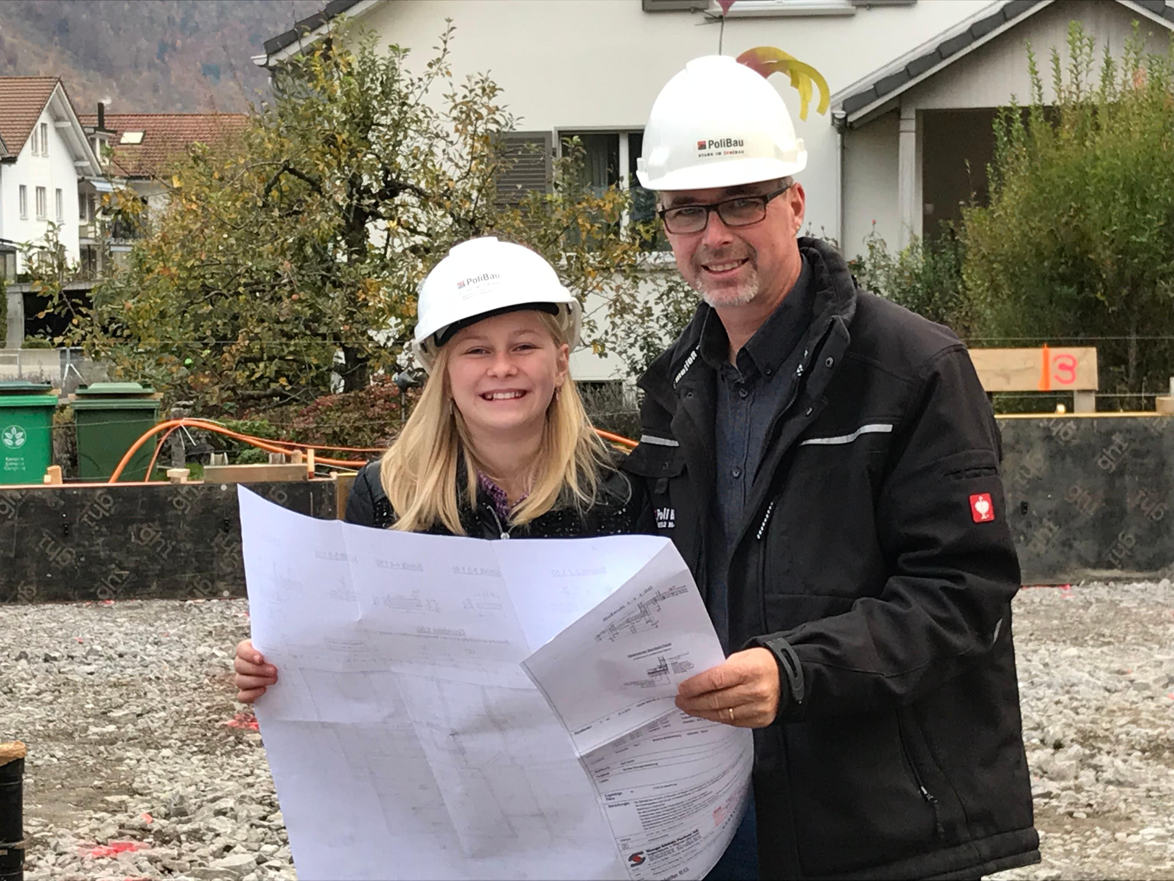 Lorena Odermatt mit Armin Odermatt unterwegs auf der Baustelle. (Bild: Fabio Schuler, 8. November 2018)