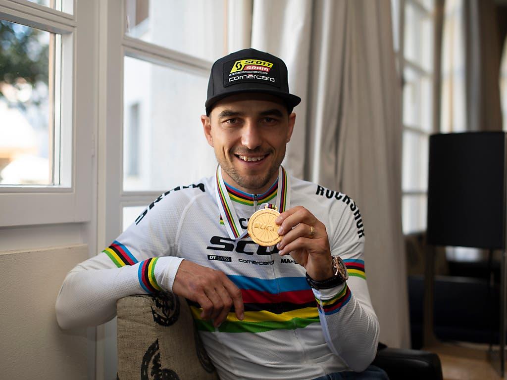 Für seine siebte Goldmedaille erhielt Mountainbiker Nino Schurter zum fünften Mal die Auszeichnung als Schweizer Radsportler des Jahres überreicht (Bild: KEYSTONE/GIAN EHRENZELLER)