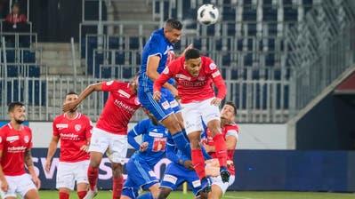 Seine Stärke liegt im Kampf: Lucas Alves (Mitte, blau) gegen Thuns Marvin Spielmann.(Martin Meienberger/Freshfocus (Luzern, 20. Oktober 2018)