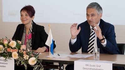 Die Regierungsräte Michèle Blöchliger (NW) und Guido Graf (LU) bei der Vertragsunterzeichnung. (Bild. Corinne Glanzmann (Stans, 7. November 2018))