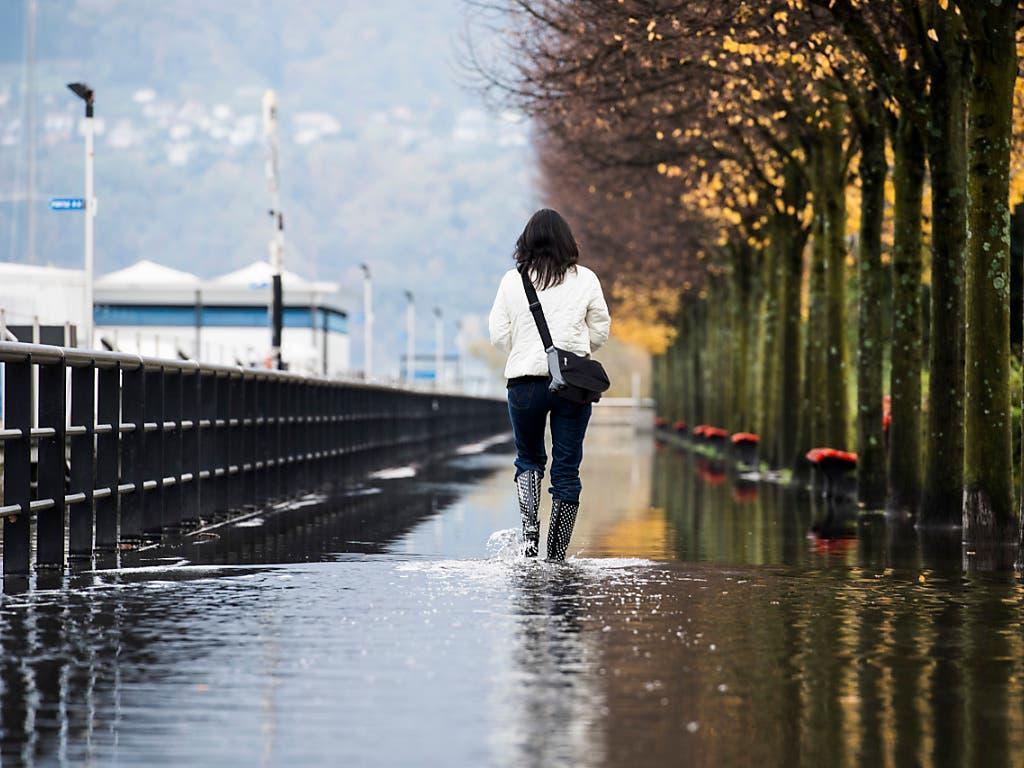 In nur elf Tagen ist der Seespiegel des Lago Maggiore um drei Meter gestiegen. Am Donnerstag schwappte er an einigen Stellen über die Ufer, vor allem in Locarno. (Bild: KEYSTONE/TI-PRESS/ALESSANDRO CRINARI)