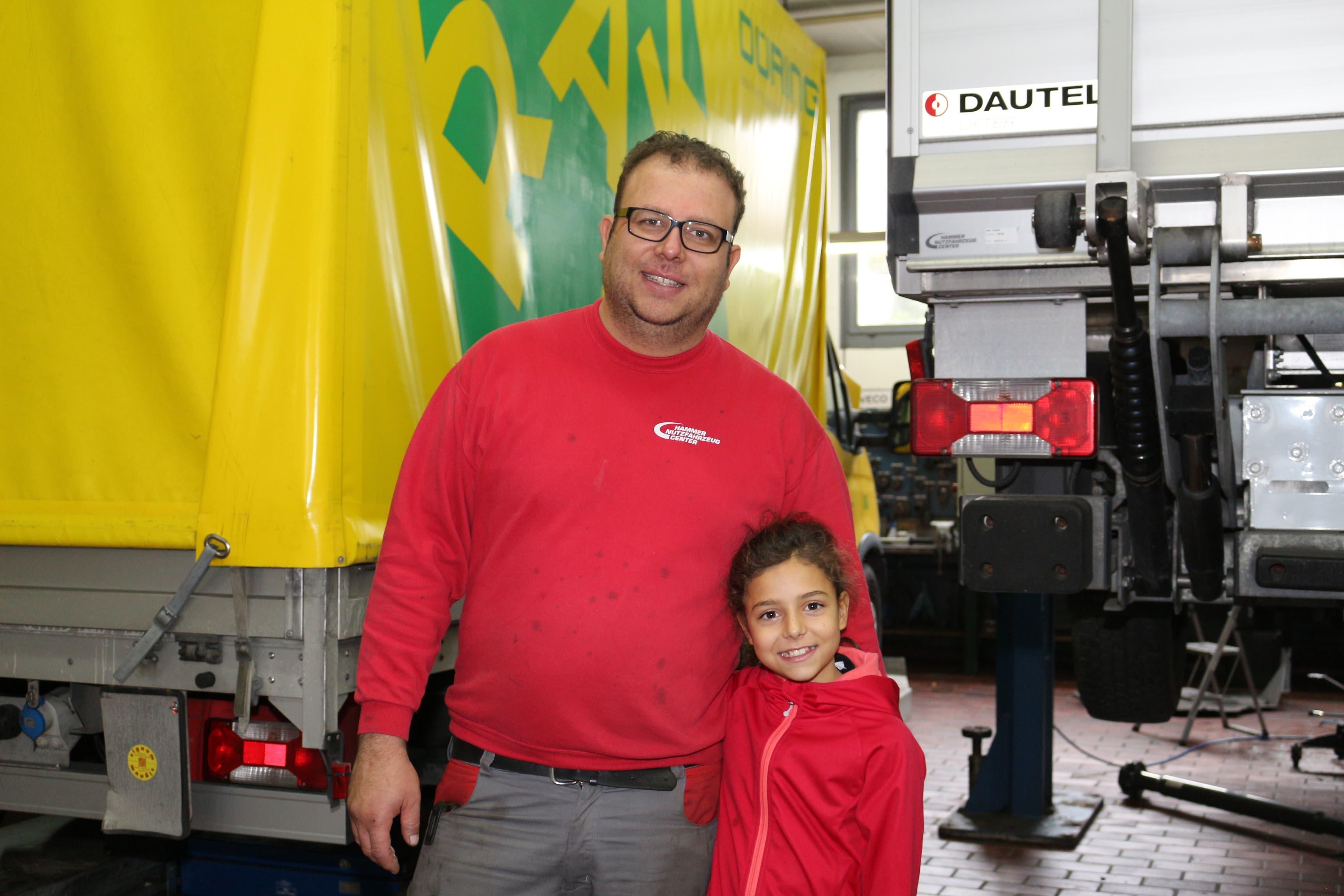 Noemi Tormen arbeitete mit ihrem Vater Tiziano Tormen an den schweren Fahrzeugen in der Nutzfahrzeug-Werkstatt im Hammer Auto Center. (Bild: Gabriela Fischer (Emmenbrücke, 8. November 2018))