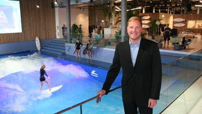 Mall-Centermanager Jan Wengeler vor der Oana-Surfwelle – deren Eröffnung war für ihn der Höhepunkt des ersten Mall-Jahres. (Bild: hor(Ebikon, 7. November 2018))