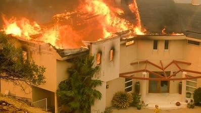 Die Waldbrände erfassten auch Villen im Promiort Malibu unweit von Los Angeles. (Bild: KEYSTONE/FR170512 AP/RINGO H.W. CHIU)