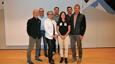 Ramona Forchini mit den Teambesitzern Joe und Lisa Broder (links), Trainer Stephan Schütz sowie Christoph Thurnherr, Hanspeter Wiprächtiger und Lukas Bawidamann vom Gönnerclub. (hinten von links). (Bild: Beat Lanzendorfer)