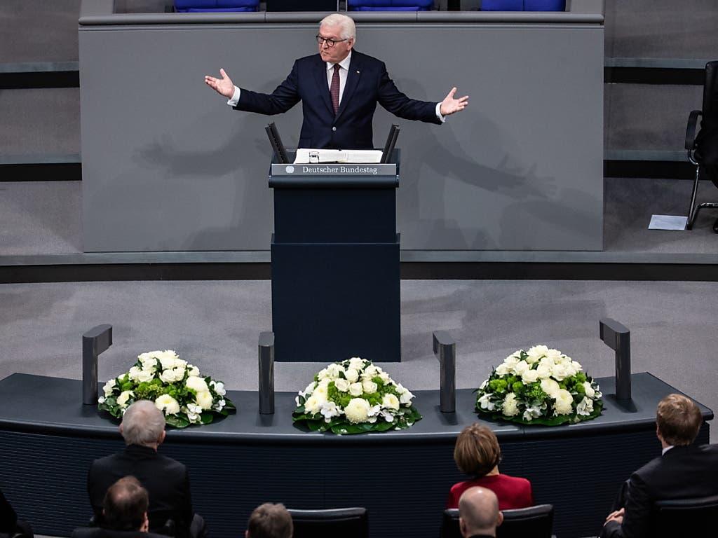 Im Bundestag in Berlin bezeichet Bundespräsident Frank-Walter Steinmeier die Ausrufung der Republik im Jahr 1918 als historischen «Meilenstein». (Bild: KEYSTONE/EPA/HAYOUNG JEON)
