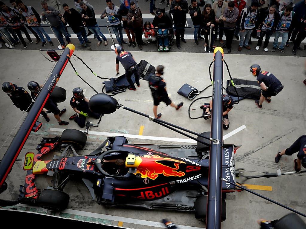 Der Red Bull von Max Verstappen wird in São Paulo aufs erste Training vorbereitet (Bild: KEYSTONE/EPA EFE/SEBASTIAO MOREIRA)