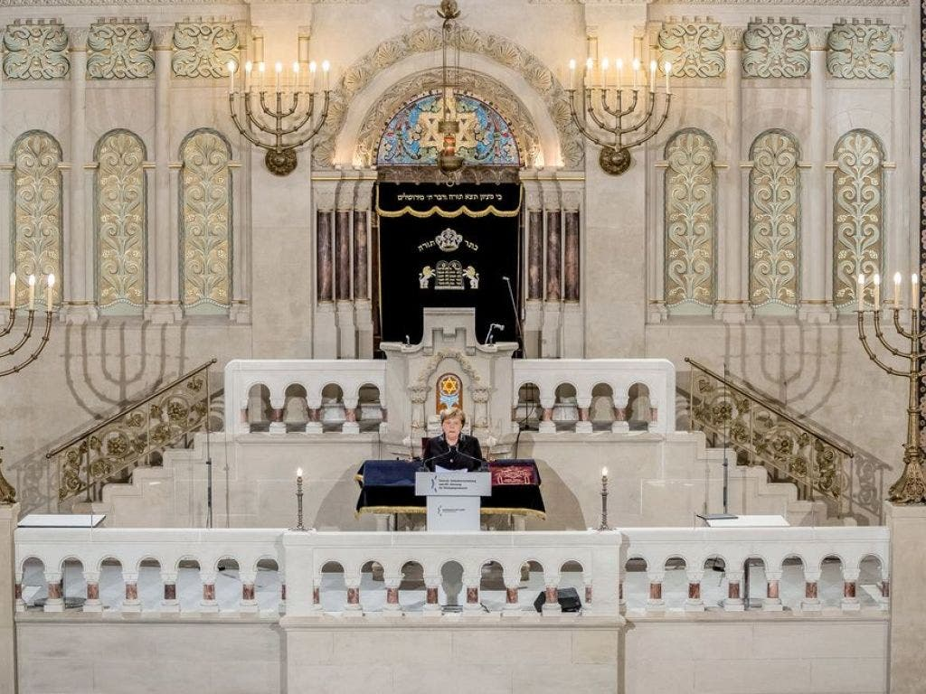 Die deutsche Bundeskanzlerin Angela Merkel spricht bei der Gedenkveranstaltung vom Zentralrat der Juden in Deutschland zum 80. Jahrestag der «Pogromnacht» von 1938 in der Synagoge Rykestrasse. (Bild: Keystone/dpa/MICHAEL KAPPELER)
