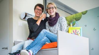 Die Kinderärztinnen Erika Süess und Rita Selchow in einem Behandlungszimmer. (Bild: Andrea Stalder)