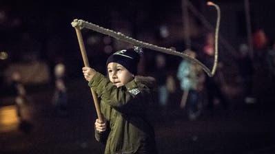 Geisslechlöpfe ist ein traditioneller Brauch in unserer Region. Jedes Jahr findet für die Kinder in Kriens derGeisslechlöpfer-Kurs beim SchulhausMeiersmattstatt. (Bild: Pius Amrein (Kriens, 19. November 2018))