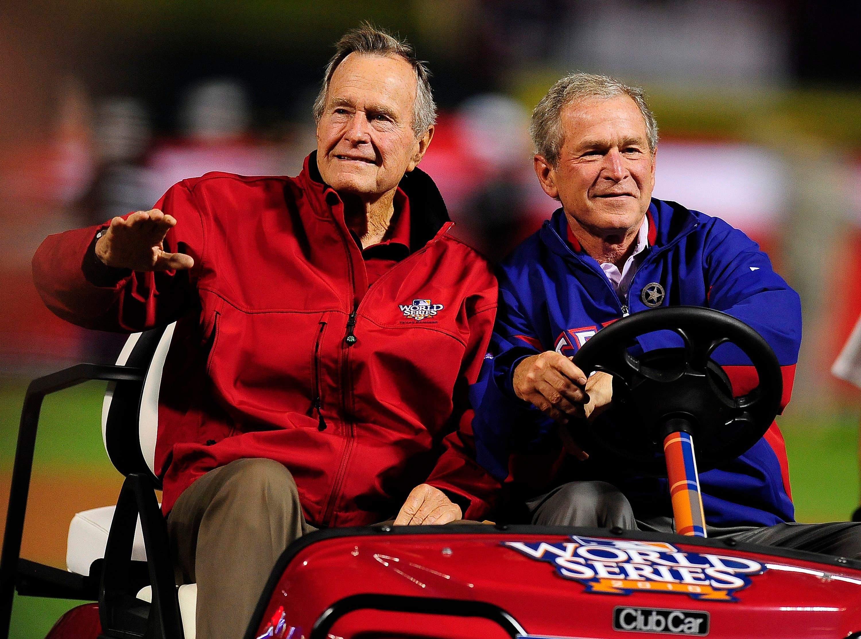George H.W. Bush (links) und sein Sohn, der ehemalige Präsident, George W. Bush (rechts) bei einer Sportveranstaltung in Arlington, Texas. (Bild: EPA/MATT CAMPBELL, 31. Oktober 2010)