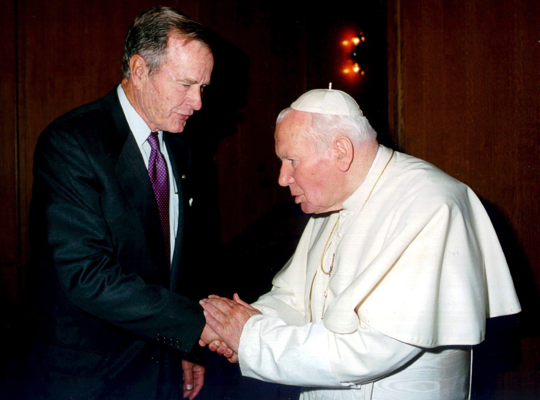 Bush bei einer privaten Audienz mit Papst Johannes Paul II im Vatikan. (Bild: EPA/ANSA / VATICAN POOL, 4. Oktober 2001)