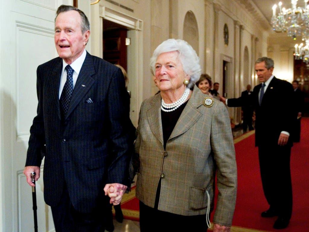 Der frühere US-Präsident George H.W. Bush und seine Frau Barbara bei einem Empfang im Weissen Haus im Jahr 2009. Im Hintergrund sein Sohn und damaliger US-Präsident George W. Bush und dessen Frau Laura. (Bild: KEYSTONE/AP/MANUEL BALCE CENETA)