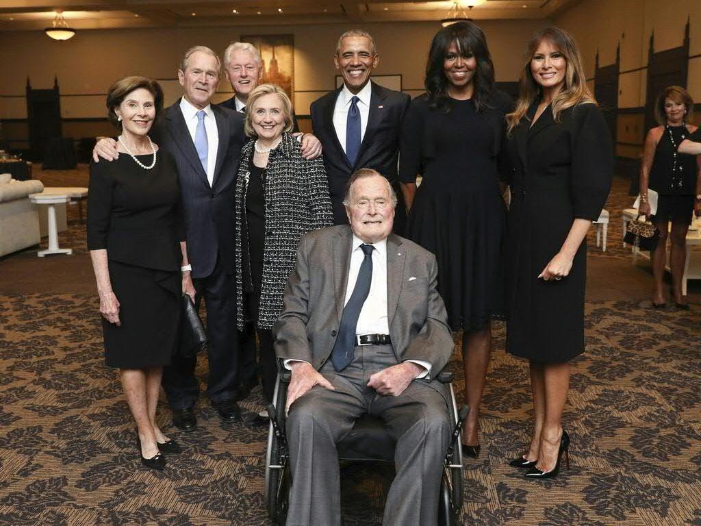 Die ehemaligen US-Präsidenten Bill Clinton (3.v.l.) und Barack Obama (hinten Mitte) würdigten ihren verstorbenen Amtsvorgänger George H.W. Bush (vorne Mitte) mit Bewunderung und Dankbarkeit. Das Bild entstand im April 2018 auf der Beerdigungsfeier für Bushs Frau Barbara. (Bild: Keystone/AP Office of George H.W. Bush/PAUL MORSE)
