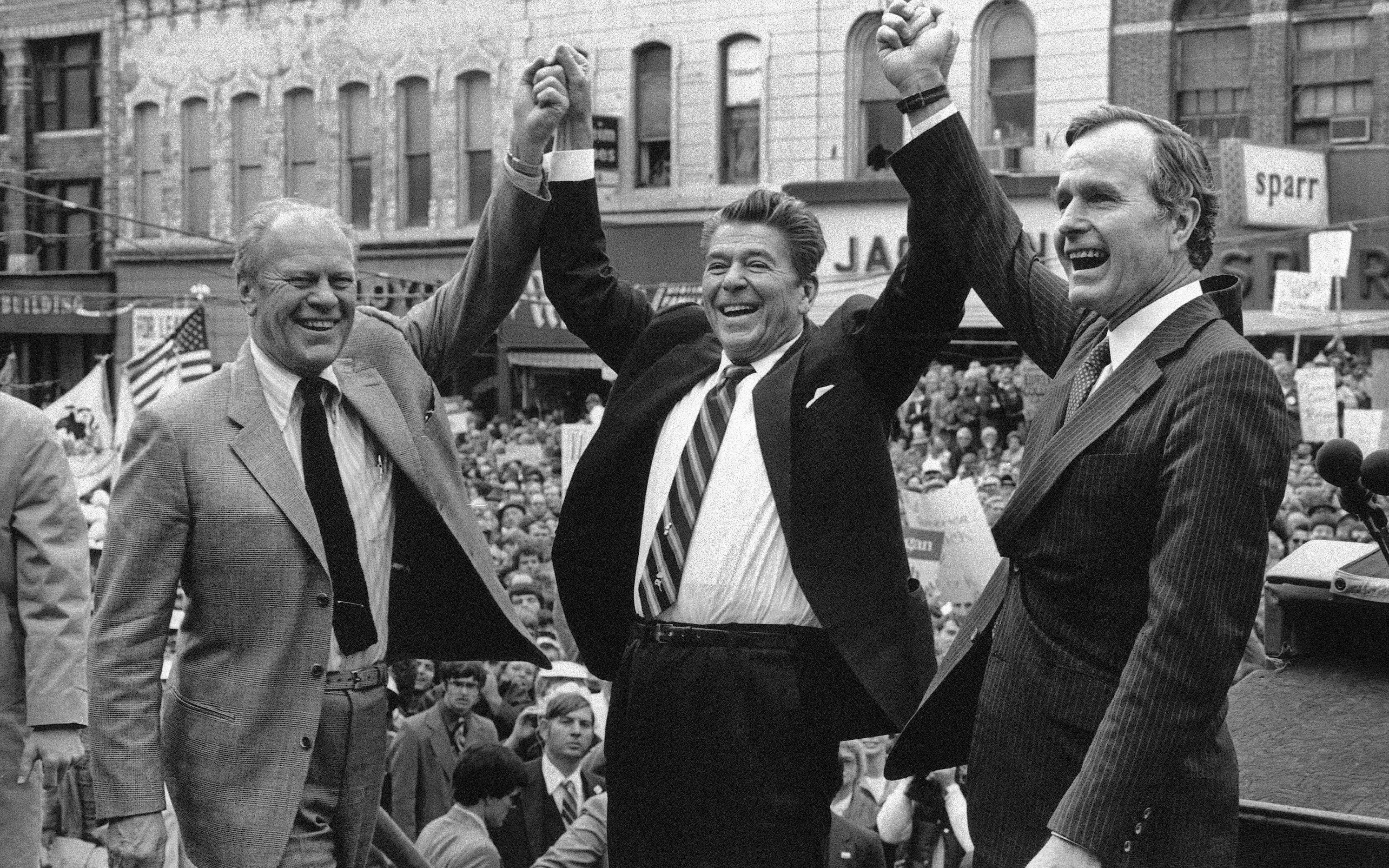 Der ehemalige Präsident Gerald Ford (links) unterstützt bei einer Veranstaltung den republikanischen Präsidentschaftskandidaten Ronald Reagan (mitte) und sein Vize George H.W. Bush. (AP Photo, File)