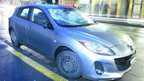 Das Unfallauto in der Baselstrasse in Luzern. (Bild: Luzerner Polizei)