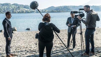 Der Basler Regisseur Reinhard Manz (zweiter von rechts) bei Filmaufnahmen für den Dokfilm«Kopf oder Zahl». (Bild: PD/Verein «Luzern - der Film»)