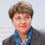 Frisch gewählt und munter: Viola Amherd an ihrer erstenMedienkonferenz als Bundesrätin - als sie noch nicht wusste, dass ihr die Abschiebung in das Verteidigungsdepartement blühen wird. (Bild: KEYSTONE/Anthony Anex, (Bern, 5. Dezember 2018))