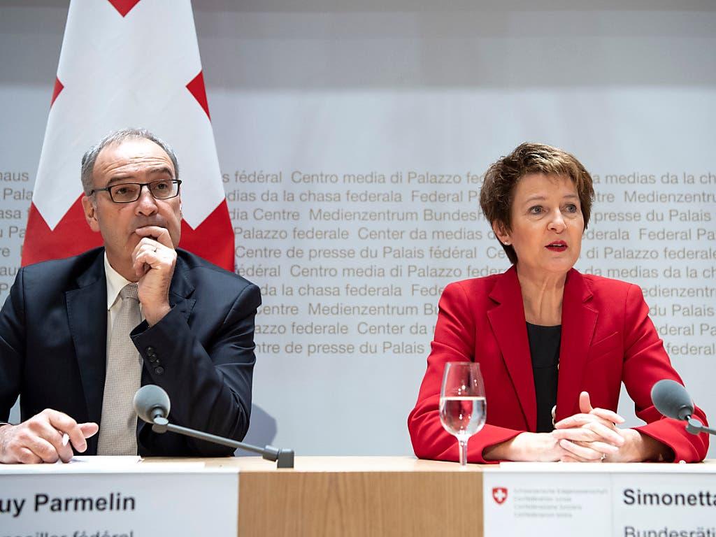 Guy Parmelin wird neuer Wirtschaftsminister und Simonetta Sommaruga wechselt vom Justiz- und Polizeidepartement ins Uvek. (Bild: KEYSTONE/PETER SCHNEIDER)