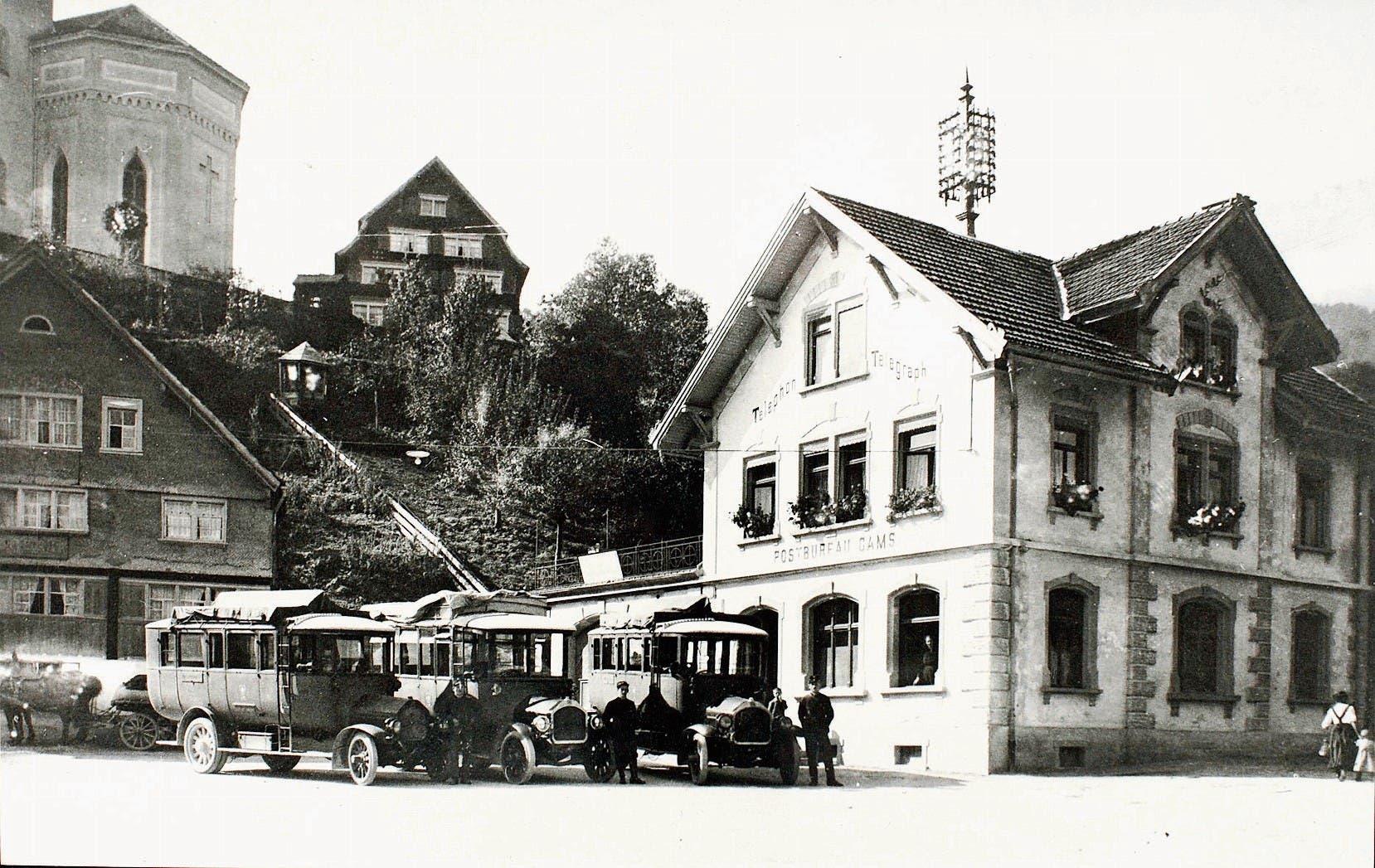 Postbureau Gams mit Postautos im Jahr 1919.